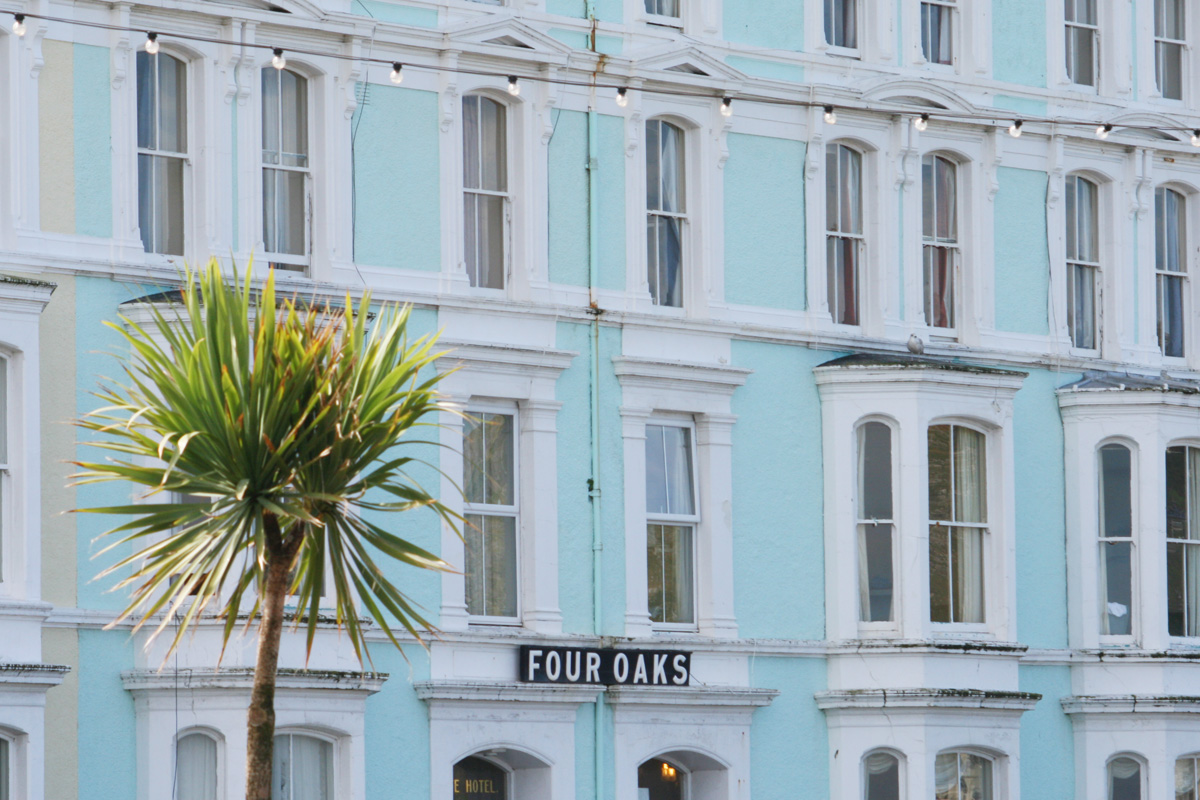 "Das Hotel ""Four Oaks"" an der Promenade von Llandudno. Foto: Julia Marre"