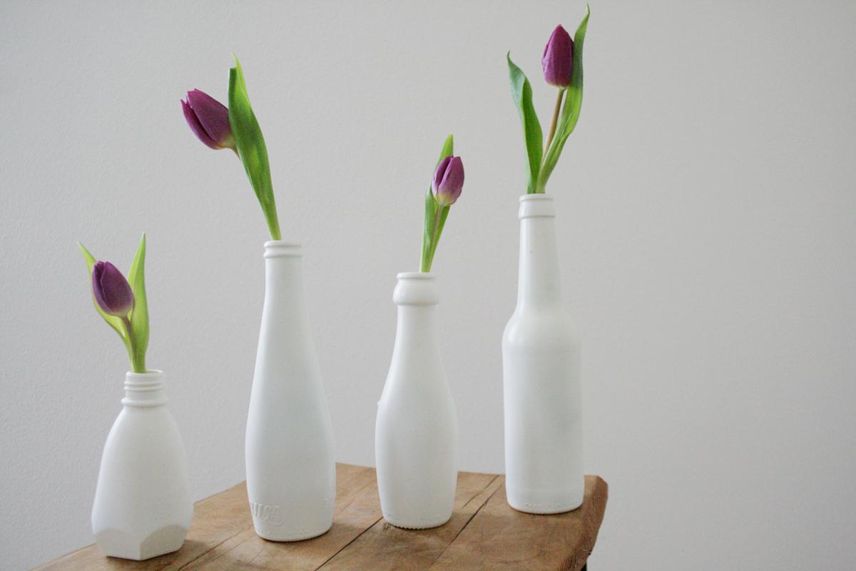 Sojasauce, Wasserflaschen und Automaten-Fanta: Erst mit weißem Lack kommt die Form richtig zur Geltung. Foto: Julia Marre