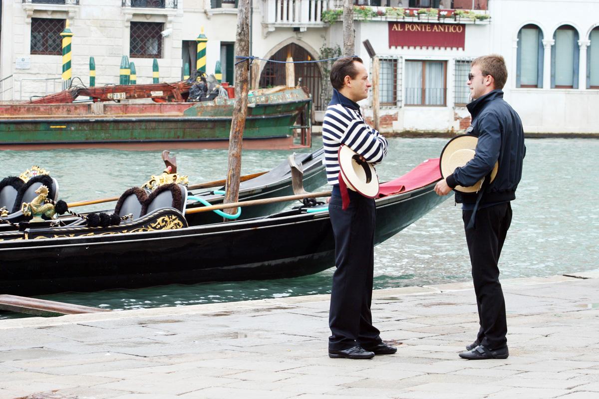 Urlaub in Venedig am Canal Grande: Gespräch vor Gondeln