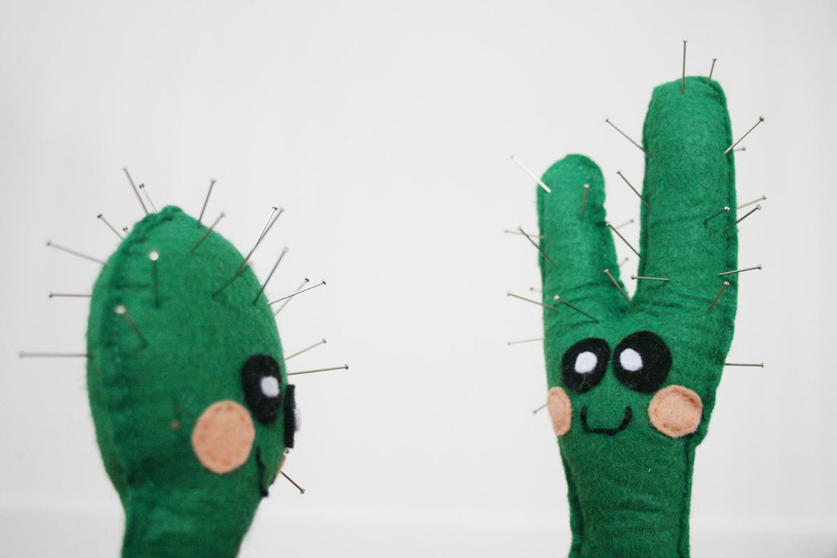 In den letzten Tagen habe ich viiiel genäht. Dabei herausgekommen ist dieser kleine grüne Kumpel, in den ich so verschossen bin: Mein kleiner grüner Kaktus.