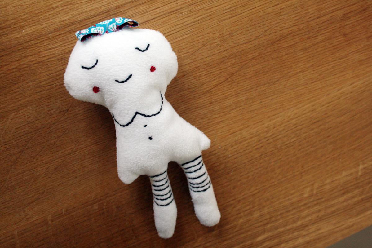 Ein Traum in Weiß: Mädchen brauchen Puppen. Aber bevor ich Nora mit Plastikbabys überhäufe, habe ich selbst eine Kuschelpuppe für sie genäht. Und so geht's.