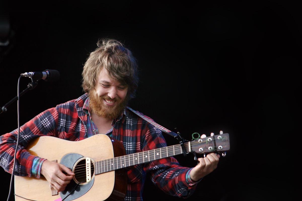 Fleet Foxes-Sänger Robin Pecknold stimmt seine Gitarre. Foto: Julia Marre