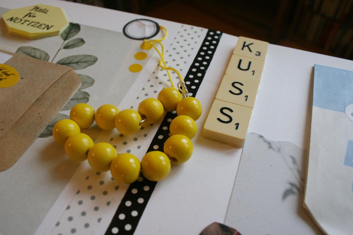Geschenk für die beste Freundin: Ein Herz aus Holzkugeln und ein Kuss aus Scrabblesteinen